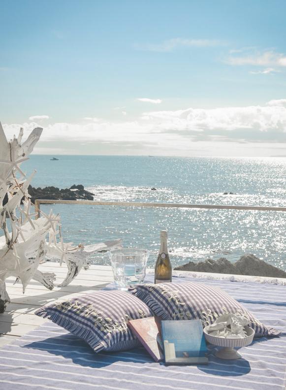 海辺でシャンパンや読書などをお楽しみください。