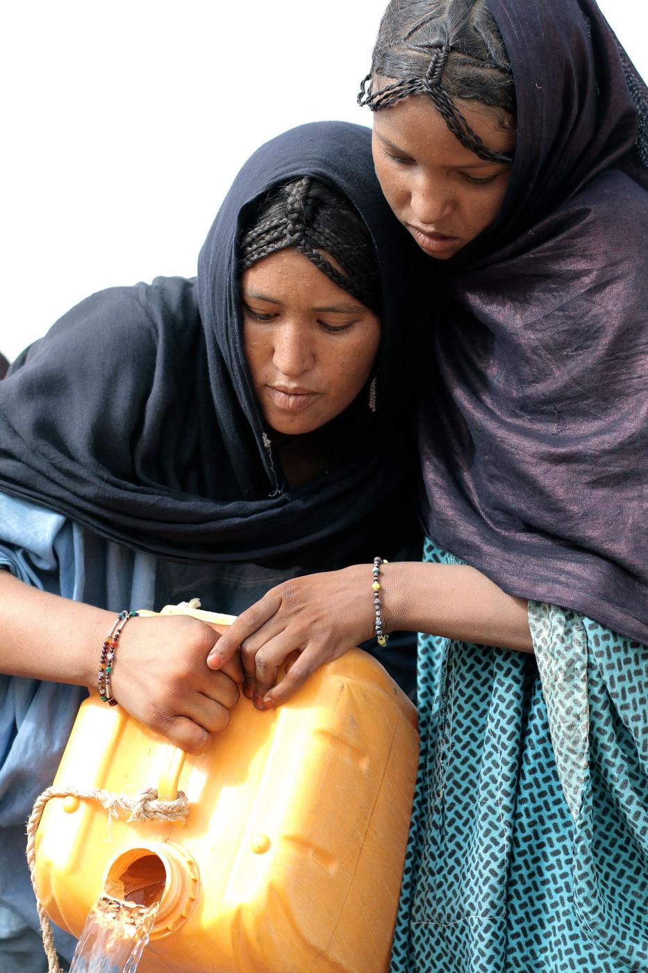 Tuareg girls from Mali fetch water