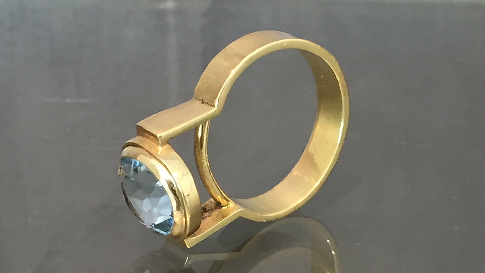 SALE: Contemporary Jewelry. Topaz and Gold Ring.