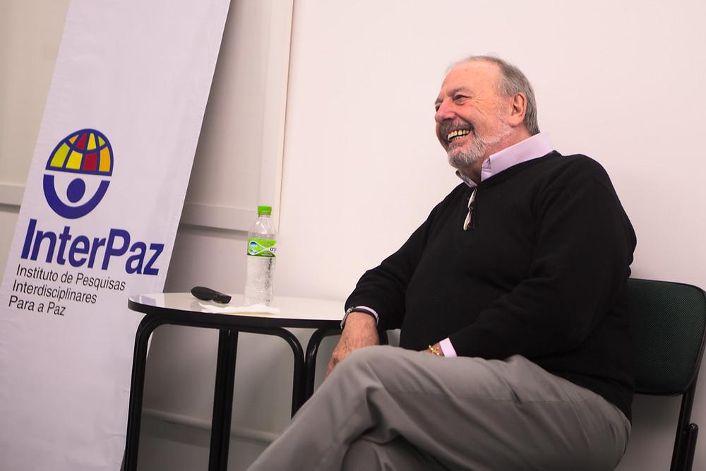 Juan C. Vezzulla sorrindo durante sua aula