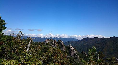 登山で頂上から望む山の景色