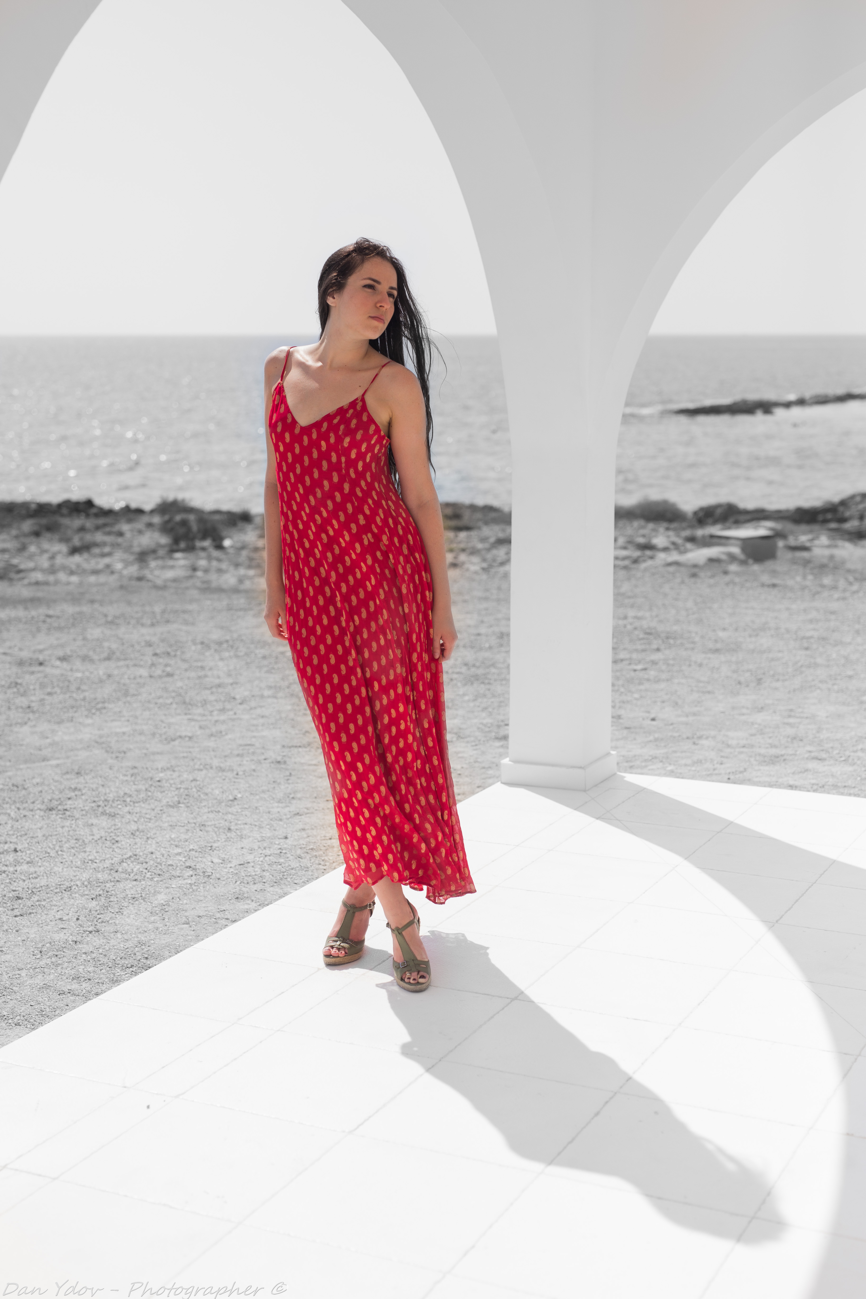 צלם פורטרט, שמלה אדומה ליד כנסיה