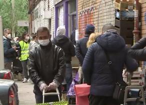 Coronavirus: code di persone affamate a Madrid dopo l'isolamento di COVID-19.