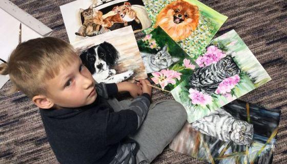 Menino russo de 9 anos pinta quadros para arrecadar dinheiro para ração de animais abandonados