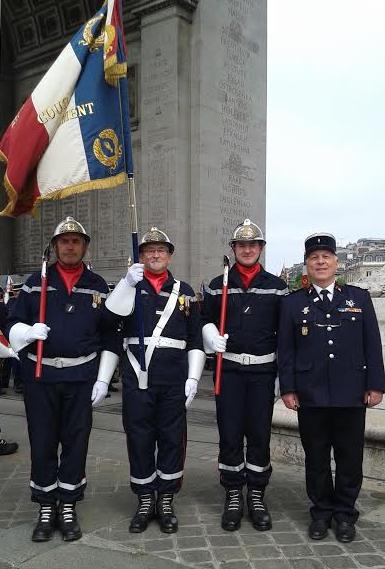 Le drapeau départemental à l arc de triomphe a l occasion de la journee nationale des sapeurs-pompiers le vendredi 10 juin avec le Président de l Union Departementale