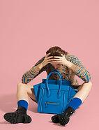 Modell mit blauer Tasche
