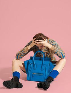 Modèle avec sac bleu