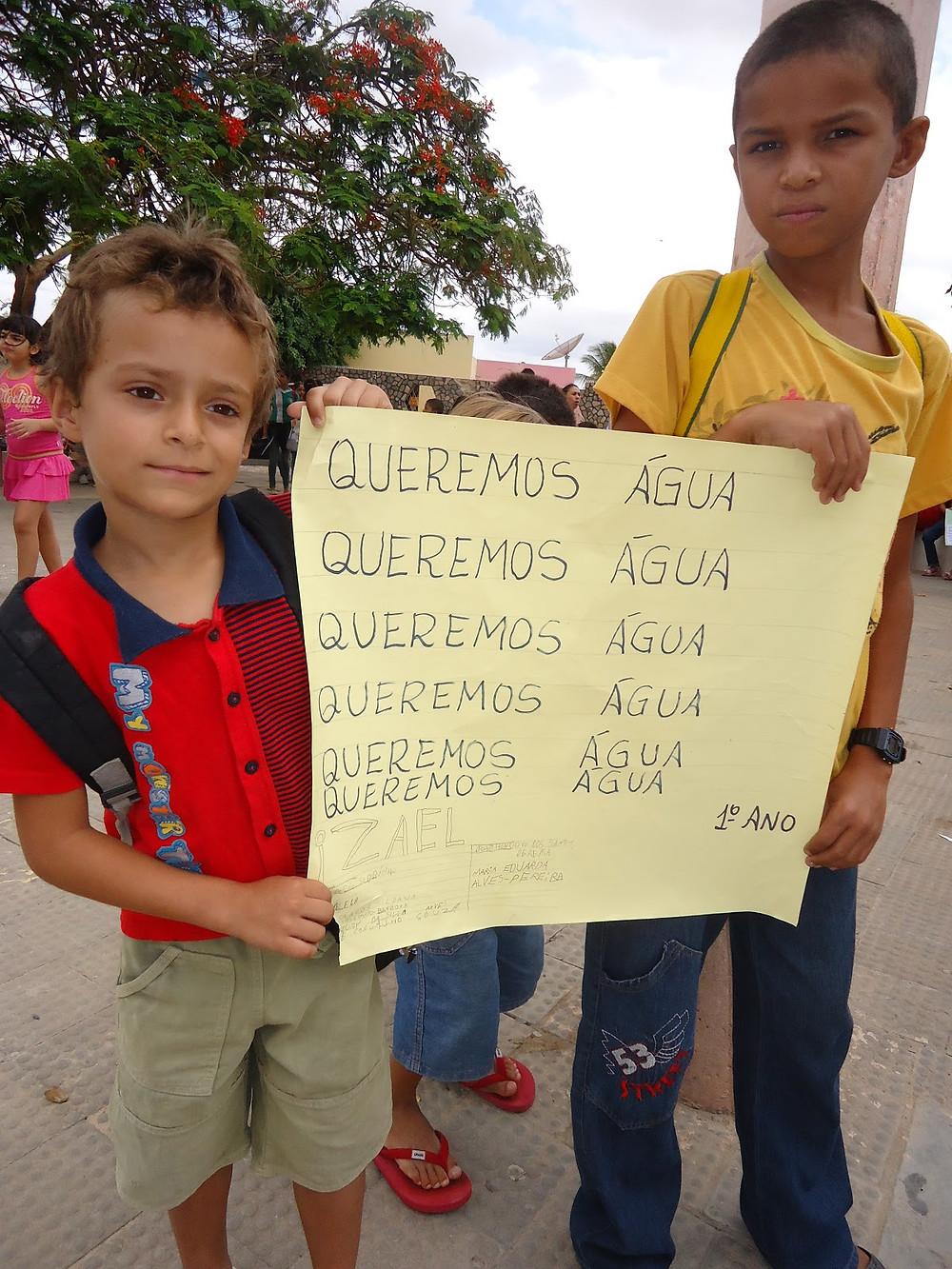 Sem_água_crianças_deixam_de_ir_a_escola_e_se_unem_ao_protesto.JPG