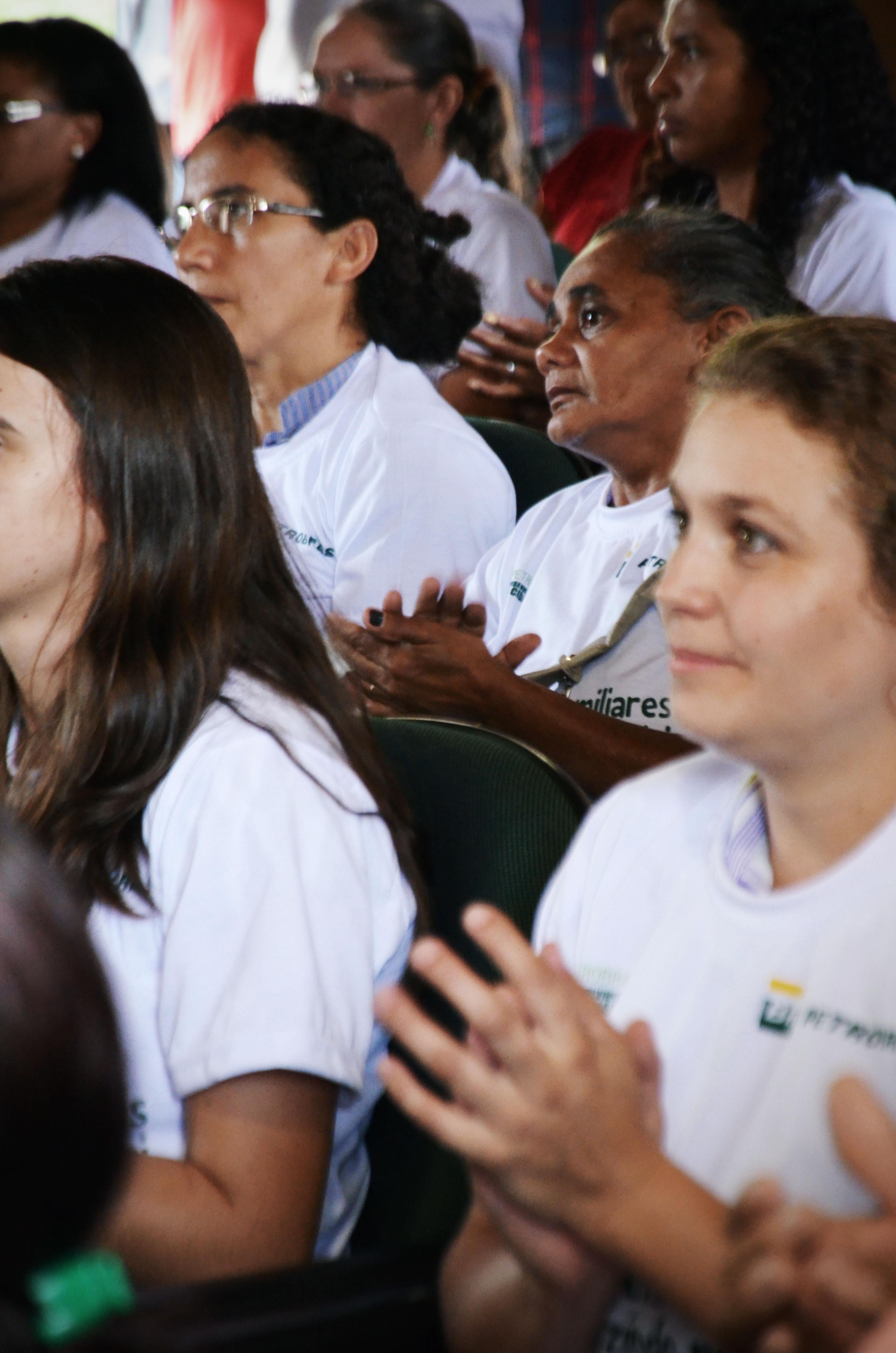 Público acompanha a apresentação