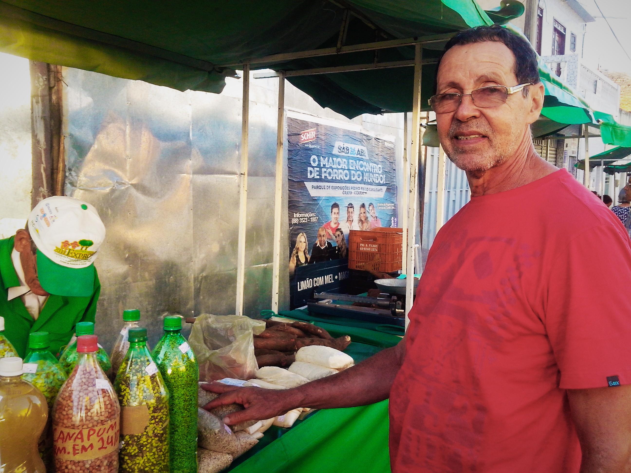 O cantor Abidoral Jamacaru na feira