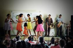 Manero-pau apresentado pelas meninas