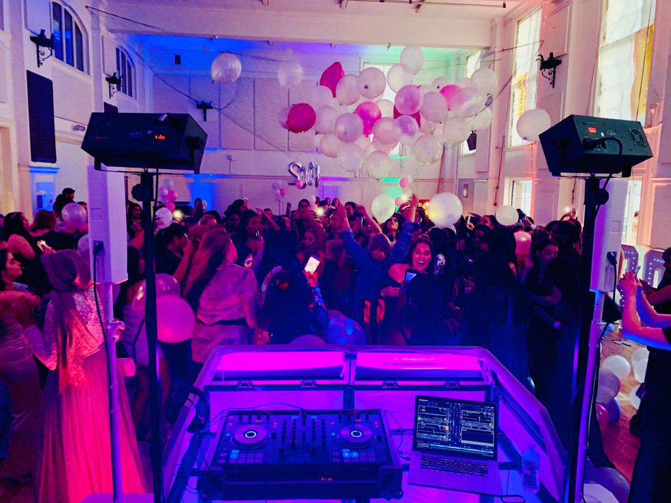 teenagers at a awesome party in London - Teen Party DJ London - MMENT