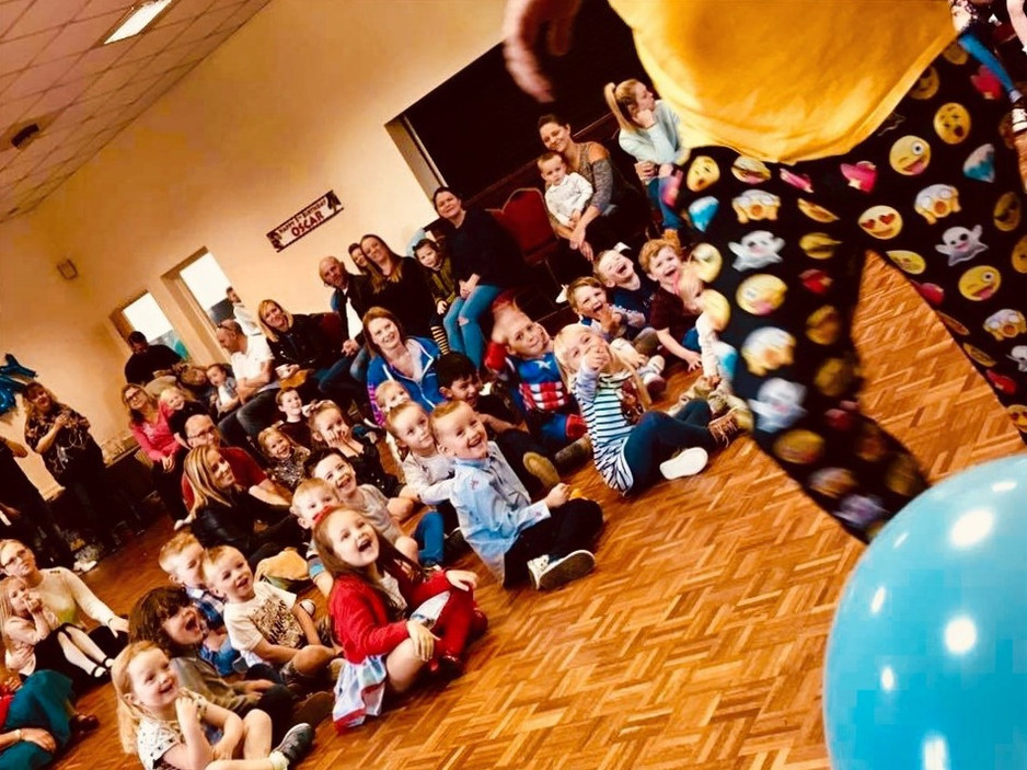 children laughing at a party entertainer in Essex - Moji Entertainer