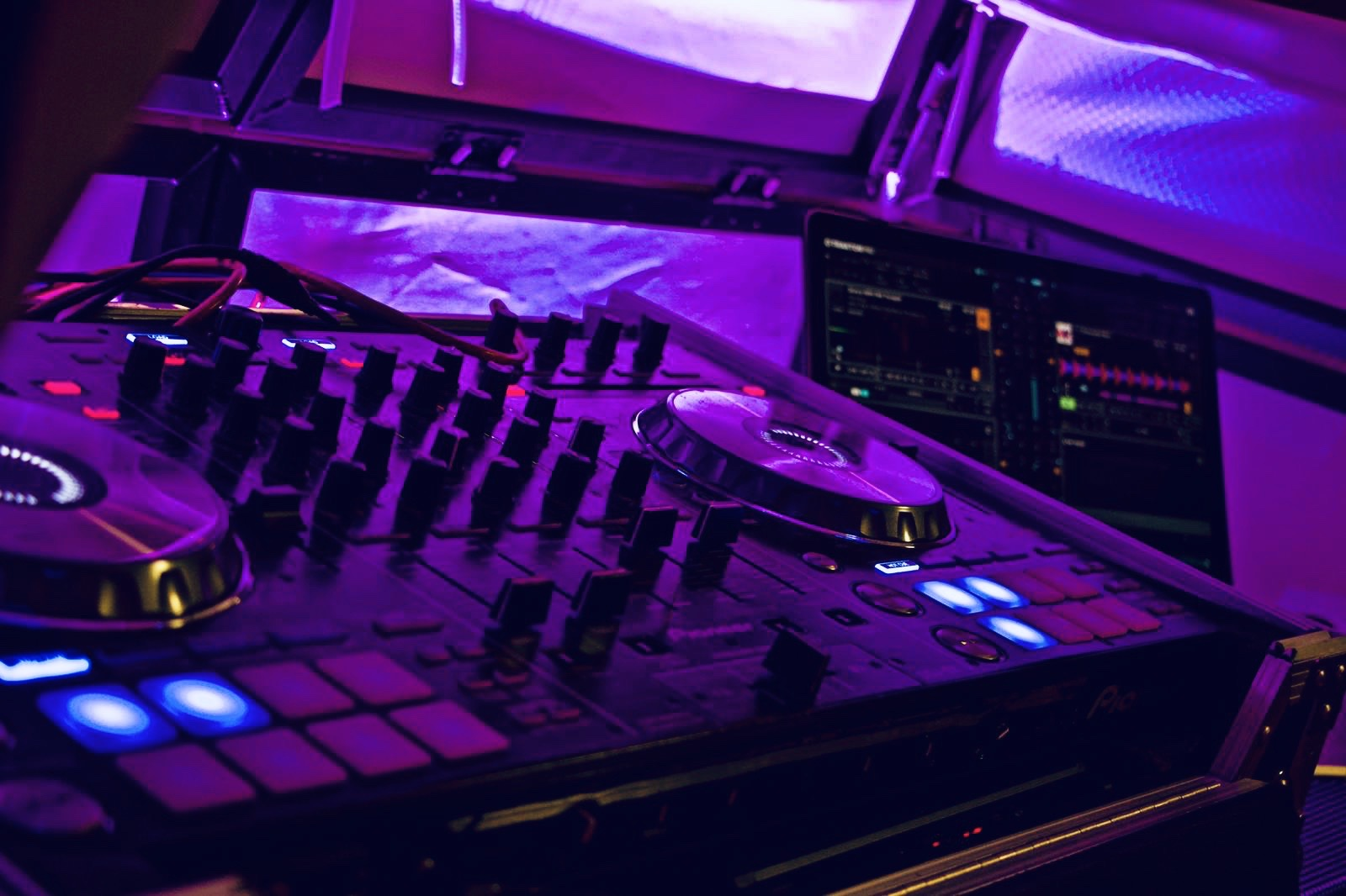 Teen party DJ Hertford - Moji Entertainer