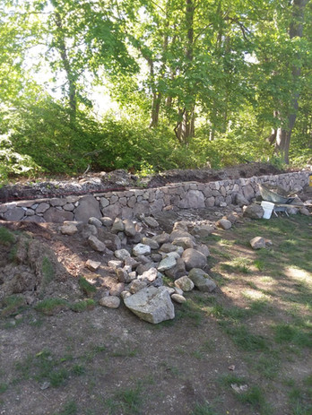 Stone wall using natural stone