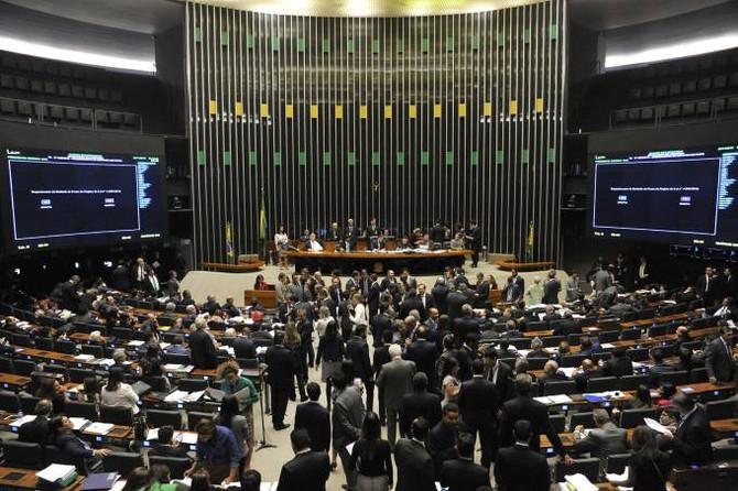 Na madrugada deputados desfiguram o pacote anticorrupção e inclui punição a juízes e MP