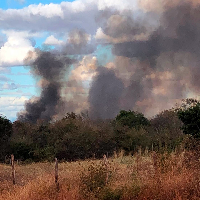 Prefeitura de Macaúbas pede para população não atear fogo no lixo mas queima o seu