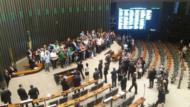 Manifestantes a favor de intervenção militar invadem plenário da Câmara e interrompem sessão
