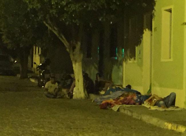 Macaúbas: Cidadãos dormem no chão para conseguirem agendar consulta médica