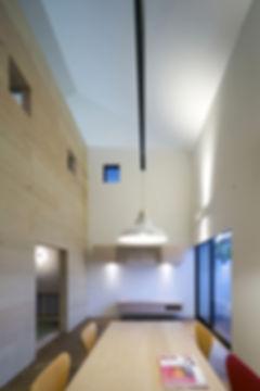 リビング,吹抜け,ペンダント照明,ラワン合板,ヘリンボーン,シンプル,モダン,家,住宅,注文住宅,デザイン,ミニマル,家,建築家,設計事務所