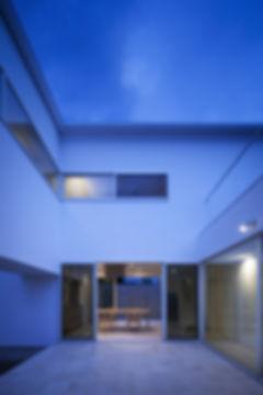 リビング,中庭,タイル床,珪藻土,シンプル,モダン,家,住宅,注文住宅,デザイン,ミニマル,家,建築家,設計事務所,兵庫県,生駒市
