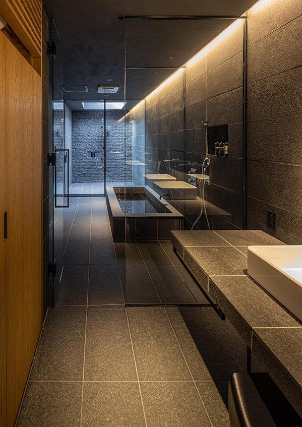 35_メイン棟 洗面より浴室をみる.jpg