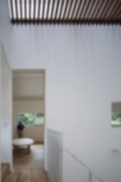 階段ホール,トップライト木製ルーバー,,切妻,シンプル,モダン,家,住宅,注文住宅,デザイン,ミニマル,家,建築家,設計事務所,兵庫県