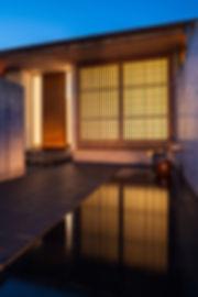 外観,夜景,玄昌石,水盤,縦格子,平屋,住宅,シンプル,モダン,玄昌石,注文住宅,デザイン,ミニマル,家,建築家,設計事務所