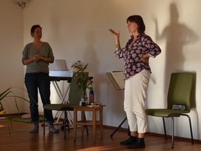 """""""Der Workshop war super organisiert und strukturiert, die perfekte Mischung aus Singen und Coaching.  Es hat sehr gut getan, sich auch mit den anderen Teilnehmern auszutauschen und neue Impulse zu bekommen."""" (Steffi, 44, München)"""