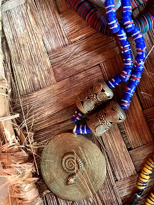 Collier mi-long perles d'argile et éléments en bronze