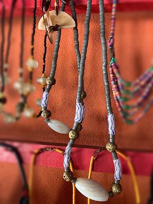 Collier mi-long Agathe, perles d'argile et pièces en bronze