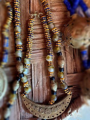 Collier mi-long perles d'argile et pièces bronze