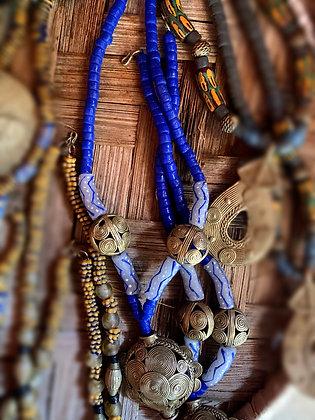 Collier mi-long perles d'argile  et pièces en bronze