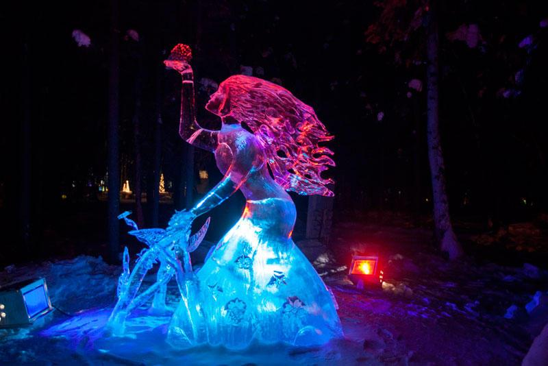 Ледяная скульптура девушки