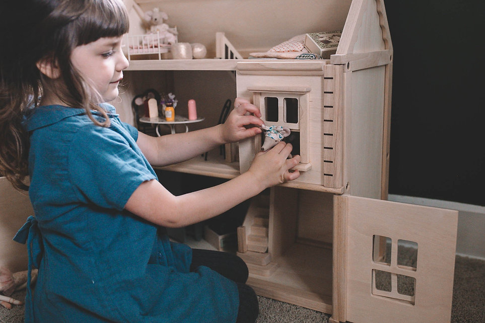 Plan_Toys_Victorian_Doll_s_house_with_Ma