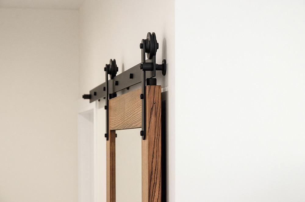 Раздвижные двери с зеркалом на амбарном механизме Monorolla