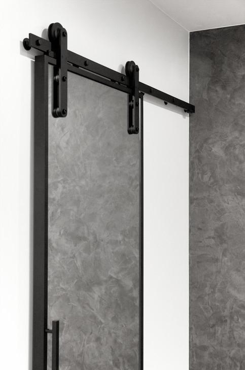 Дверь с зеркалом в гардеробную на амбарном механизме с доводчиком
