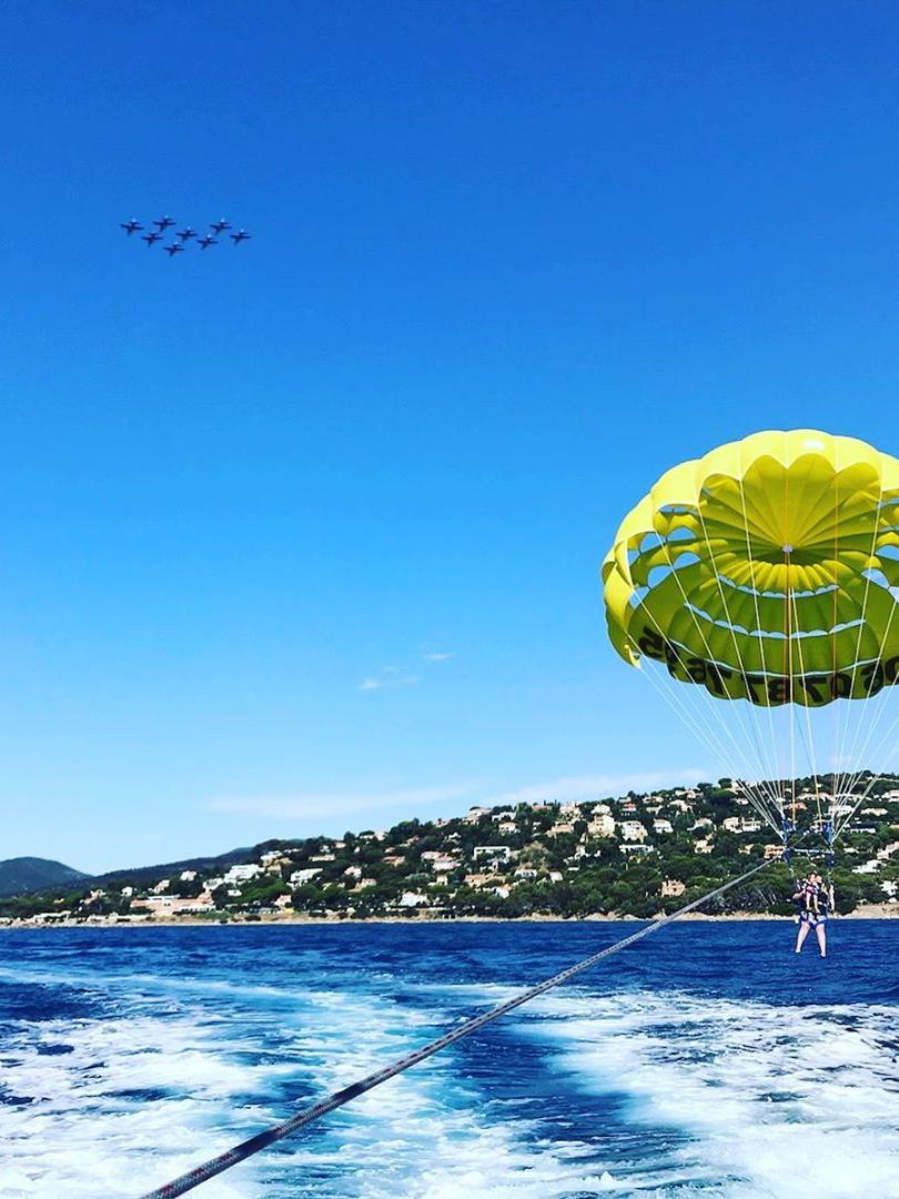 deluxe voyages / parachute