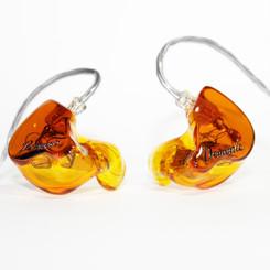 Корпуса - янтарные прозрачные Крышки - коричневые прозрачные с логотипом Носики - в цвет корпуса