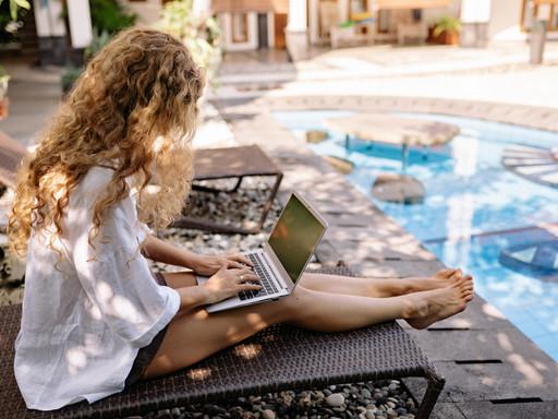 """Home-Office unter Palmen – was verspricht eine """"Workation""""?"""