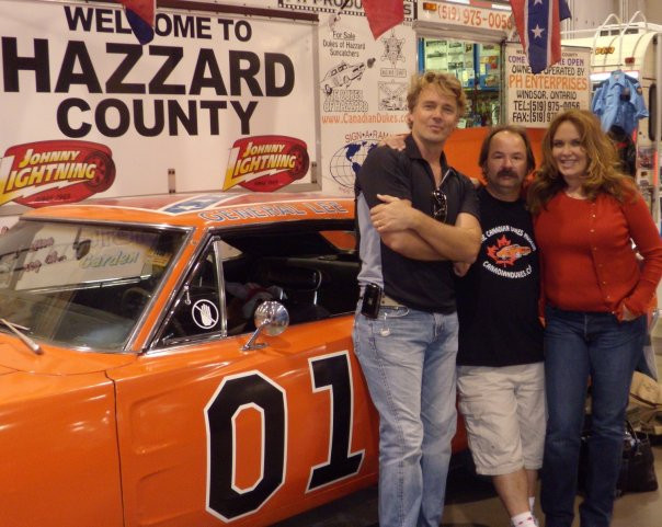 Paul Harrington with his General Lee and original ¨Dukes of Hazzard¨ stars John Schneider and Catherine Bach.