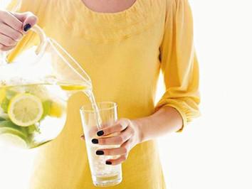 Beneficiile nebănuite ale consumului de apă caldă cu lămâie în fiecare dimineață!