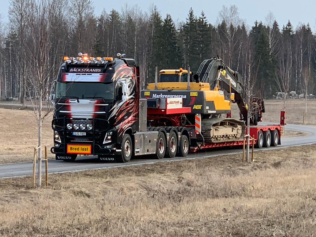 Transport av grävmaskin med en av våra m