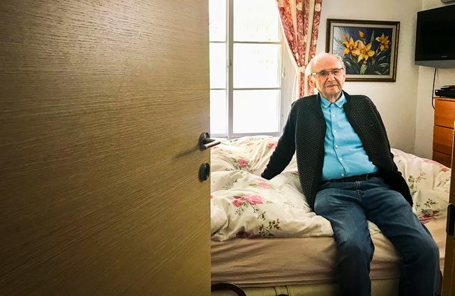 חיים בלומברג, על מיטתו בחדר השינה. ״כשאני ישן אני מרגיש בטוח. אז הזכרונות נשארים בחוץ״.