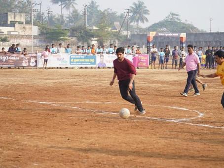 कोल्हापुरातील पॅव्हेलियन मैदानावर भरविण्यात आलेल्या कसबा बावडा फुटबॉल प्रीमियर लीगचे उदघाटन