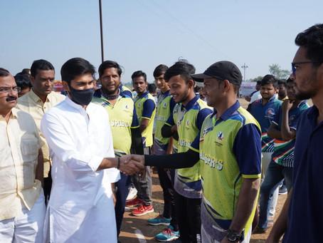 वडगांव शहर काँग्रेस तर्फे आयोजित 'आमदार चषक' क्रिकेट स्पर्धेचे उदघाटन आज करण्यात आले.
