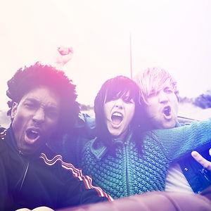 Jeunes adolescents ayant du plaisir ensemble, photo style vintage