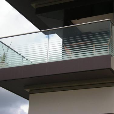 Sichtschutz an einem verglasten Balkon (Köln)
