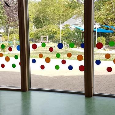 Farbiger Sichtschutz in einem Kindergarten (Moers)