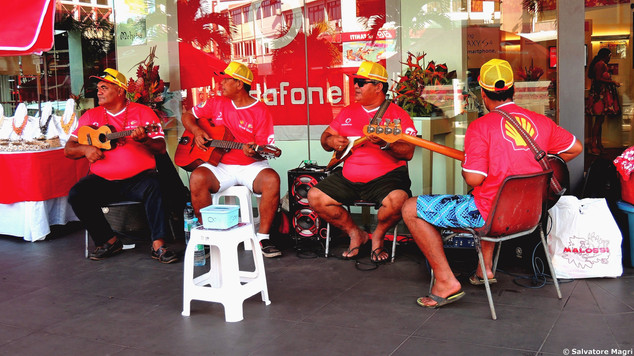 Tahiti, Papeete, si fa musica per strada